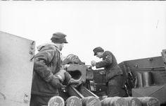 "Januar 1944 - Sowjetunion.- Panzerhaubitze ""Hummel"", Geschütz wird mit Granaten geladen"