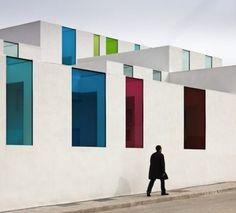 In Granada, the architect Alejandro Muñoz Miranda realized the new municipal day care. A white building with colored windows and sour to discover through the clichés of Spanish photographer Fernando Alda.