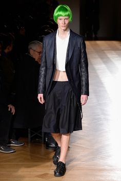 See all the Collection photos from Comme Des Garcons Homme Plus Autumn/Winter 2017 Menswear now on British Vogue Men's Fashion, Fashion Week, Paris Fashion, Fashion Show, Autumn Fashion, Street Fashion, Mens Urban Streetwear, Men Wearing Skirts, Vogue
