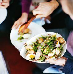 Neuer, liebster Kartoffelsalat mit Ei, Radieschen, Zuckerschoten und Erbsen | http://eatsmarter.de/rezepte/kartoffel-gemuesesalat-0