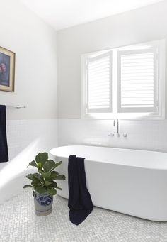 Light filled and classic in style, this family bathroom is a blissful retreat. Photography: Elouise Van Riet Gray / Styling: Lana Caves. http://www.queenslandhomes.com.au/hamptons-style-australian-twist/