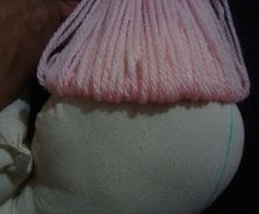 Cómo hacer y poner cabello a las muñecas de trapo paso a paso ~ Mimundomanual Lana, Throw Pillows, Ideas Para, Painting, Sewing Dolls, Fabric Dolls, How To Make Hair, Doll Hair, Quilts