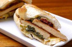 Sanduíche de frango com pasta de queijo - Receitas - GNT