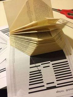 Eine einfach erklärte Anleitung zum Bücher falten. Ein Herz mit Namen in ein altes Buch falten - so gehts