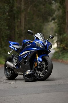 Yamaha YZF-R6, 599cc liquid cooled, 4-stroke, forward inclined inline 4 cylinder