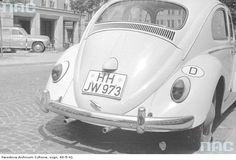 Samochód Volkswagen Garbus zaparkowany na poboczu ulicy.
