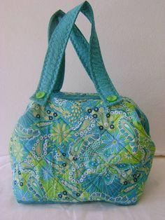 Bolsa feita em tecido 100% algodão.  mede aproximadamente 33cm de largura, 22cm de altura e 22 cm de profundidade. R$ 120,00