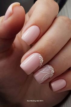 False nails have the advantage of offering a manicure worthy of the most advanced backstage and to hold longer than a simple nail polish. The problem is how to remove them without damaging your nails. Wedding Toe Nails, Natural Wedding Nails, Simple Wedding Nails, Natural Gel Nails, Bride Nails, Wedding Nails Design, Prom Nails, Wedding Toes, Wedding Ceremony