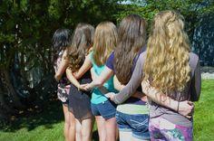 mejores amigas se toman foto abrazadas de espalda