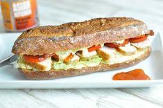 Hvis du har rester tilovers fra helstegt kylling, er det super lækkert at bruge dem i en saftig sandwich. Her med karrydressing og mangochutney. Sandwiches, Snack Recipes, Snacks, Always Hungry, Picnic, Mango, Toast, Food And Drink, Lunch
