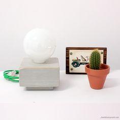 Lámpara en madera de pino en color gris diseñada por Bombillas Especiales