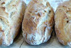 Vous avez oublié de passer à la boulangerie? Ou votre boulangerie est fermée aujourd'hui? Mais vous aviez très envie d'une baguette fraîche? Pourquoi nepas essayer cette recette de baguette magique? On appelle ce pain magique, car c'est une pâte à pain rapide et sans pétrissage. Elle est vraiment bluffante!  Temps de préparation: 15 minutes. Temps de repos: 1 heure 30 minutes. Temps de cuisson: 25 à 30 minutes. Ingrédients (pour 2 baguettes):  375 g de farine (pour moi 300 g de… Bread, Hui, Food, Quick Bread, Baguette Recipe, Meals, Breads, Bakeries, Eten