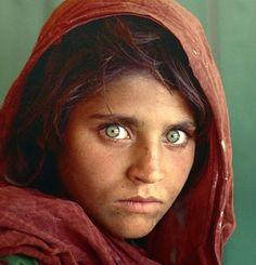 Sharbat Gula fue fotografiada cuando tenía 12 años por el fotógrafo Steve McCurry, en junio de 1984. Fue en el campamento de refugiados Nasir Bagh de Pakistán durante la Guerra de Afganistán (1978-1992). Su foto fue publicada en la portada de National Geographic en junio de 1985 y, debido a su expresivo rostro de ojos verdes, la portada se convirtió en una de las más famosas de la revista.