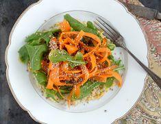 Einfaches und veganes Rezept für Karotten auf Quinoa-Linsen Salat mit Tahinidressing