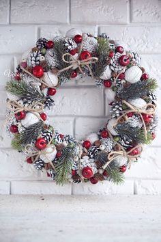 Christmas cones white wreath Christmas Advent Wreath, Holiday Wreaths, Winter Christmas, Pine Cone Decorations, Handmade Christmas Decorations, White Wreath, All Things Christmas, Beautiful Christmas, Red Berries