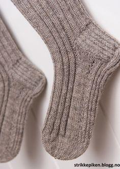 Jumper Knitting Pattern, Knitting Charts, Knitting Patterns Free, Knit Patterns, Free Knitting, Knitting Socks, Knitted Hats, Drops Baby Alpaca Silk, Drops Karisma