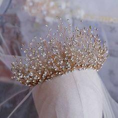 wedding hair with tiara Luxus / Herrlich Gold Haarschmuck Braut 2019 Metall Strass Diadem Hochzeit Brautaccessoires Cute Jewelry, Hair Jewelry, Wedding Jewelry, Diamond Tiara, Bridal Crown, Bridal Tiara, Fantasy Jewelry, Tiaras And Crowns, Gold Hair