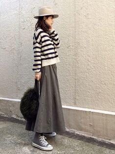 ふわっとしたフレアロングスカートにあえてスニーカーを。この「ちょっと外した感」がおしゃれ上級者さんのテクニックですね。 Skirt Fashion, Hijab Fashion, Love Fashion, Korean Fashion, Fashion Outfits, Fashion Looks, Womens Fashion, Japan Fashion Casual, Minimalist Fashion Women