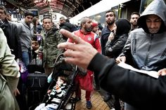 Adskillige flygtninge står torsdag formiddag i lange køer for at komme med Øresundstoget fra Københavns…