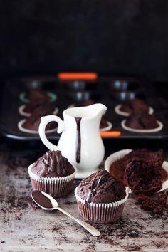 Credo di aver trovato la ricetta perfetta per realizzare dei muffins al cioccolato come piacciono a me! Buonissimi, soffici, umidi e conuna deliziosa e alta cupoletta piena di crepe! Un sentitograzie a Leonardo Di Carlo, sono partita da una sua ricettaapportando piccole modifiche, e a Le C…