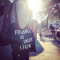 Selfie FUSSBALL IST UNSER LEBEN • MEINE FREIHEIT T-Shirt Shop | T-Shirts mit Statement