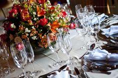 Uma mesa lindamente decorada para um casamento chique e aconchegante.