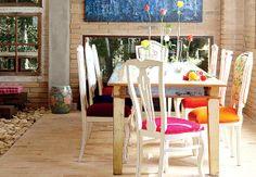 A mesa é rodeada por cadeiras de modelos diferentes, que foram pintadas e ganharam assentos e encostos de veludo, buclê e adamascado. Os tecidos foram impermeabilizados para não desbotarem com facilidade e durarem mais tempo