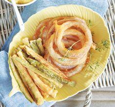 Δύο πολύ νόστιμοι μεζέδες για τη μπίρα σας! Συνοδέψτε τα κολοκυθάκια με δροσερή σάλτσα φέτας και τις τραγανές ροδέλες κρεμμυδιού με μια πλούσια σάλτσα μουστάρδας. Vegetable Sides, Onion Rings, Mediterranean Recipes, Cheesecake, Food And Drink, Appetizers, Favorite Recipes, Vegetables, Cooking