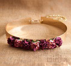 Nuestro cinturón de flores Valentina combina sencillez y elegancia. La base metálica dorada se complementa a la perfección con las rosas de papel en tonos burdeos y crema degradados.