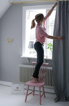 . . . . . Jag och min nya gardin! Men vet ni hur svårt det är med gardiner? Eller ja det vet ni ju så klart om ni har gardiner själva:) Hur som helst, jag är ju ingen gardinperson direkt och har alltid bara haft rullgardiner och jag kan absolut inte sy för det […]