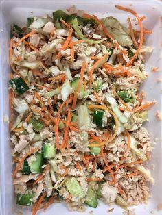 Lunchsalade met zalm (uit blik), komkommer, avocado, geraspte wortel & witte kool -- CHECK!