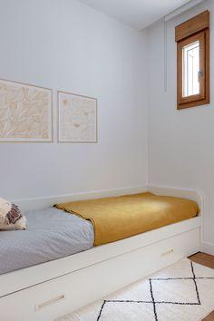 ¿Quieres una cama con almacenamiento extra? ¿O tener dos camas en el espacio de una? La cama nido CONI es el mueble que necesitas, pensado para dormitorios infantiles, juveniles y habitaciones de invitados. Hay varias opciones para la parte inferior: una segunda cama, un baúl o cajones. Puedes personalizar tu modelo eligiendo el color de la estructura, del frente móvil inferior y de los tiradores. #rderoom #camanido #cama #dormitorio #dormitorioinfantil #dormitorioinvitados… Bench, Storage, Color, Furniture, Home Decor, Guest Rooms, Decorating Rooms, White Linens, Kids Sleep