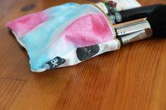 Kleine Tasche mit Wasserfarben und Punkten von LeBoer auf EtsyKleine Tasche mit Wasserfarben und Punkten | Black and white, Monochromatic, monochrome, simplicity, minimalism, watercolor, polka dots, make up bag