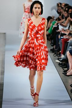 Celebrities who wear, use, or own Oscar de la Renta Resort 2013 Wrap Bodice Dress. Also discover the movies, TV shows, and events associated with Oscar de la Renta Resort 2013 Wrap Bodice Dress. Red Fashion, I Love Fashion, Fashion News, High Fashion, Fashion Show, Fashion Outfits, Fashion Capsule, Review Fashion, Hot Outfits