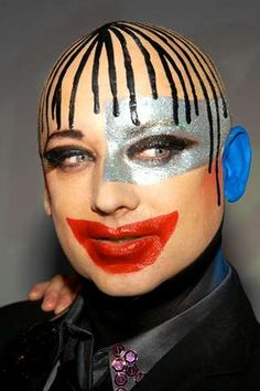 Boy George - Sure Glad He Cud Sing - What Else Can He Do Besides Wear Idiotic Faces Such As This?