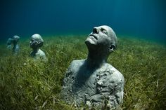 More than 450 figurative sculptures have been installed in the underwater Museo Subacuatico de Arte since British sculptor Jason deCaires Taylor co-founded it back in 2009 off the coast of Cancun, Mexico. Underwater Sculpture, Underwater Art, Art Sculpture, Underwater Pictures, Jason Decaires Taylor, Small Art, Land Art, Art Plastique, Installation Art