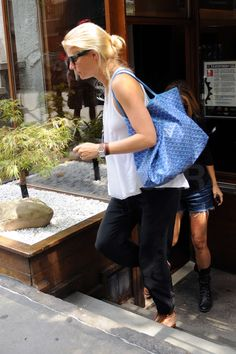 August 10, 2010: Gwyneth Paltrow is seen leaving a restaurant in SoHo in New York City. Credit: Elder Ordonez/INFphoto.com Ref: infusny-160|sp|