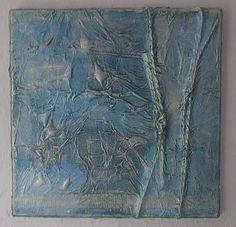 In dit schilderij is touw verwerkt en structuur aangebracht met gesso of impasto. Zo te zien geschilderd met metallic acryl verf.