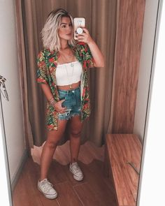 Short jeans e all star Short jeans, cropped branco, camisa estampada e all star branco flatform. Tumblr Outfits, Mode Outfits, Trendy Outfits, 70s Outfits, Fashion 90s, Fashion Looks, Fashion Outfits, Jeans Fashion, Fashion Sale