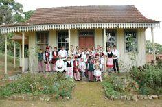 Os lambrequins (beirais decorados nos telhados), como aparecem nessa imagem de uma casa da região (Colônia Murici - São José dos Pinhais), é uma das heranças arquitetônicas que vieram com os imigrantes poloneses (Foto: Divulgação/PMSJP).