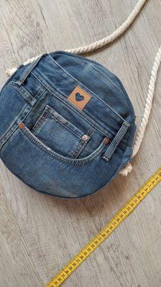 Tasche Jeans diy bag and purse Diy Jeans, Diy Bags Jeans, Sewing Jeans, Diy Bags Purses, Diy With Jeans, Denim Bags From Jeans, Fabric Purses, Artisanats Denim, Denim Purse