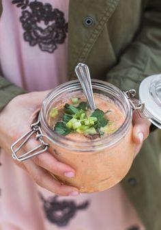Je me suis inspirée des soupes ramen pour créer cette petite idée de lunch sur le pouce qui, j'en suis certaine, va rendre quelques vies plus faciles.