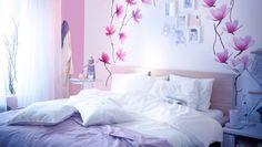 """IKEA Österreich, Inspiration, Schlafzimmer, Leicht veränderbares Schlafzimmer, u. a. mit SLÄTTHULT  Aufklebern mit Motiv """"Magnolie"""", FABRINA Tagesdecke in Hellrosa und RIBBA Bilderrahmen in Weiß mit KORT Karten mit den Motiven """"Ein Hauch von Blau"""" über MALM Bettgestell Eichenfurnier weiß lasiert"""