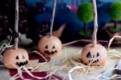Halloween inspiration - Jack 'o' lanterns cake pops Halloween Cake Pops, Halloween Treats, Halloween Party, Halloween Foods, Chocolate Fudge Cake, Melting Chocolate, Cake Ball Recipes, Dessert Recipes, Desserts
