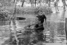 Aquaserena est un soin entièrement dédié aux femmes enceintes. Conçu par Laurelene Chambovet, doula, il se pratique en eau chaude, à la piscine. Une parenthèse enchantée pour le corps de la mère comme pour celui du bébé.