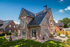 Einfamilienhaus mit Kapitänsgiebel und idyllischer Terrasse von ECO System HAUS #Haus #Friesenhaus
