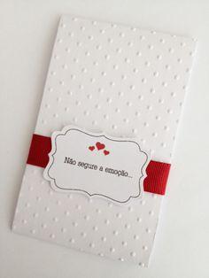 POCKET LENÇO - ORIGINAL <br>Porta Lenco de papel de bolso <br>Tag personalizada <br>Fita gorgurao cor a escolher <br>Papel com textura poá <br>Incluso 2 lencinhos de papel de bolso <br>Pedido minimo 30 unidades