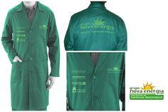 Ref. DOR-097 Bata laboral de poliéster con dos bolsillos laterales y uno en el pecho, solapa, cierre de botones y mangas con muñeca con goma elástica. Color verde. Tallas L, XL y XXL. Logo impreso al 50% del color de la bata en el pecho derecho (4 logos), en el bolsillo del pecho izquierdo (un logo) y detrás en grande (un logo), incluidos.