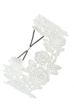 Pin for Later: 65 Accessoires Pour Cheveux Qui Ne Sont Pas des Couronnes de Fleurs  Forever 21 Bandeau à Crochet Floral (4€)