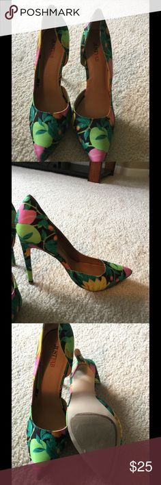 """Green Print Heels Size 7.5, fits true to size for normal width foot, heel 4.75"""" with a small .25"""" island platform JustFab Shoes Heels"""